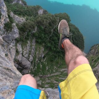 Do you get goosebumps when watching it? Or would you want to go to this place and try those exposed lines too? @sebastian.egr finds his flow despite the scary height. Slackline: 60m SLACKTIVITY - pinkTube. . . #vertigo #extremeheights #highline #lakelucerne #seelisberg #freestylesports #extremesports #highlinefreestyle #slacklife #slackline #balance