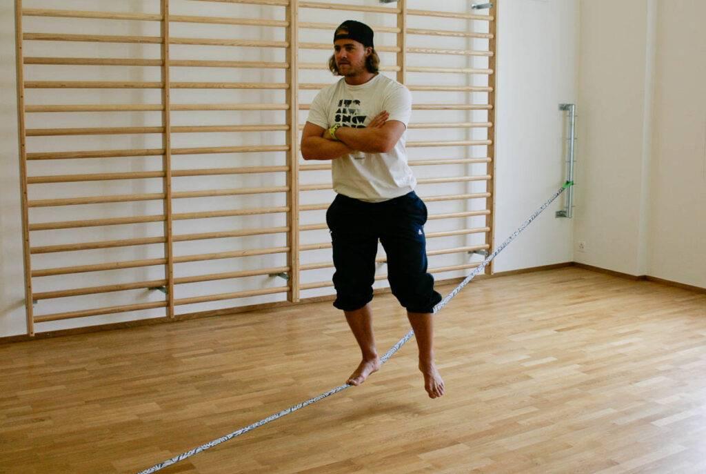 Beinachsen trainieren mit Slackline-Übung